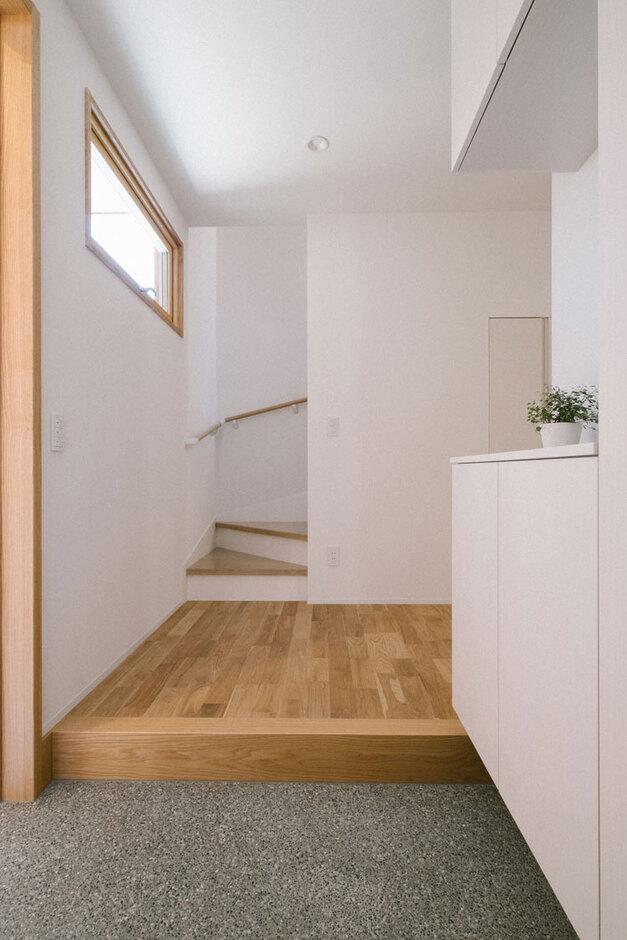 ienowa【デザイン住宅、間取り、インテリア】玄関は輸入木製サッシの高窓で明るさとアクセントをプラス