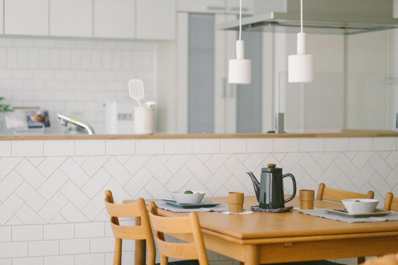 ienowa【デザイン住宅、間取り、インテリア】白キッチン×白タイル。仕切り壁のない清潔感あふれるオープンキッチンに