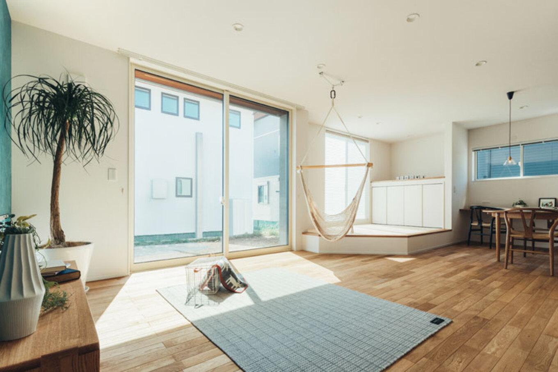 ienowa【デザイン住宅、間取り、インテリア】小上がりの畳スペースとハンモックのあるリビングは、家族みんなでくつろげる。空間全体がひとつながりに