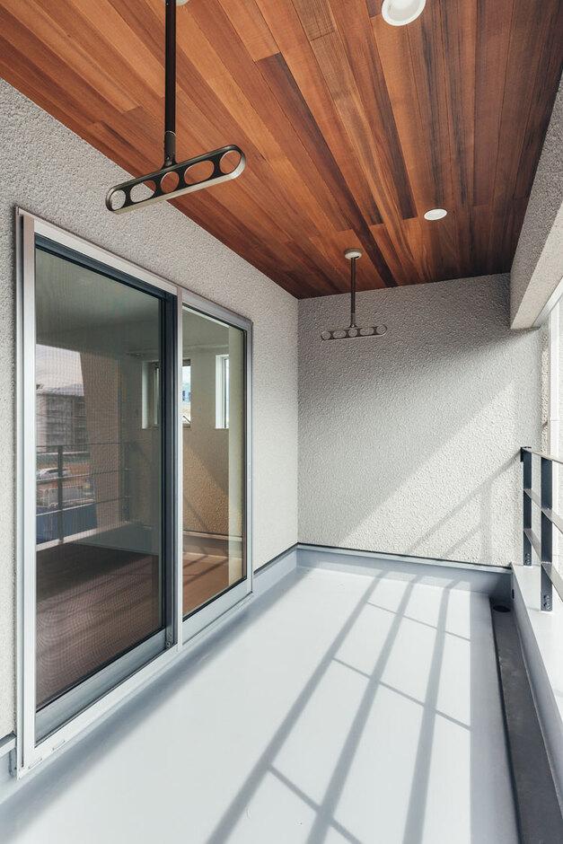 ienowa【デザイン住宅、間取り、インテリア】レッドシダーの美しいベランダ