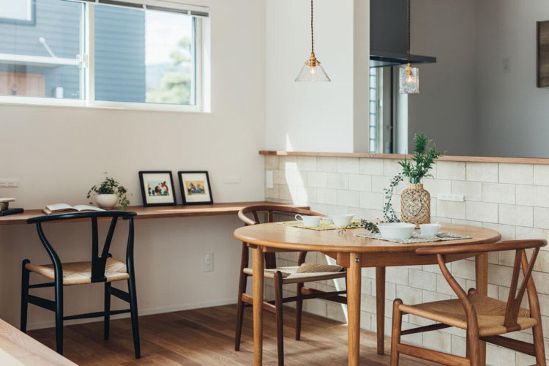 ienowa【デザイン住宅、間取り、インテリア】腰壁には優しい色合いのタイルがを配してアクセント