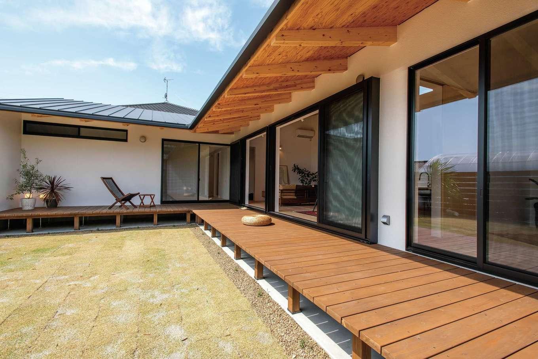 ソラマド静岡(オネストホーム)【デザイン住宅、趣味、平屋】L字型の大きなデッキを設けた庭。深い軒が夏の熱い日差しを遮り、冬はぬくもりの陽光を室内に届ける。造園業の施主さんにとって、庭はショールームの役割も果たす