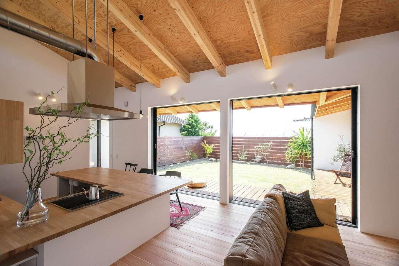 ソラマド静岡(オネストホーム)【デザイン住宅、趣味、平屋】庭の景色を遮らないフルオープンのサッシが、いっそうの開放感を生むLDK。中と外との境界線もなくし、家と自然の一体感が楽しめる