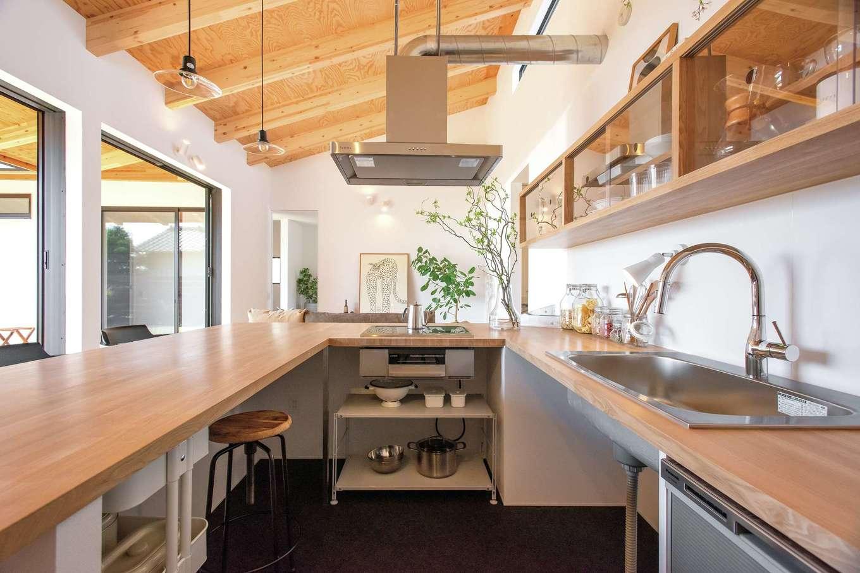 ソラマド静岡(オネストホーム)【デザイン住宅、趣味、平屋】ダイニングテーブルを兼ねたコの字型の「ソラマドキッチン」。気の置けない友人とはここでおしゃべり。漆喰をそのまま用いたシンプルな空間は、他のインテリアともなじみやすい