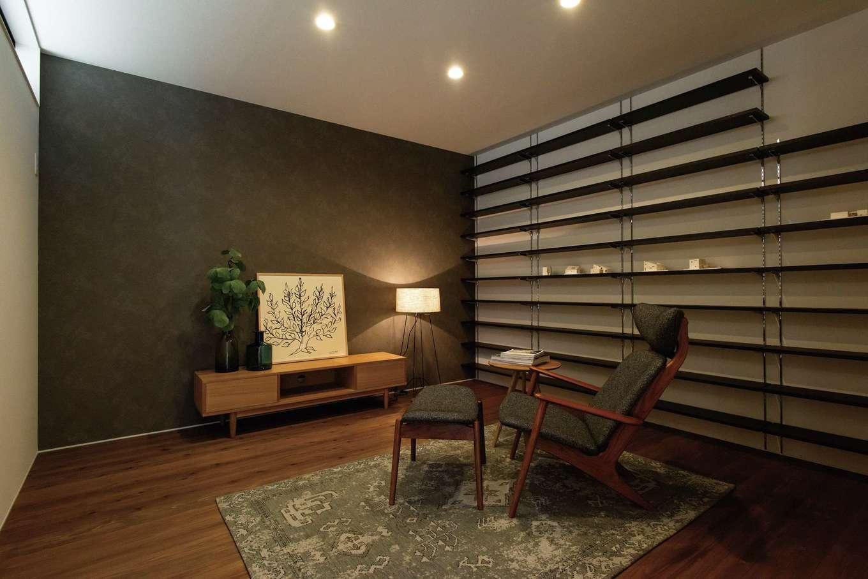 ソラマド静岡(オネストホーム)【デザイン住宅、趣味、平屋】念願のシアタールーム。仕事柄明るい外にいる時間が多いので、プライベートタイムに趣味に没頭できる空間を大切にした。一面の壁にはDVDや本をたっぷり収納できる棚を造作