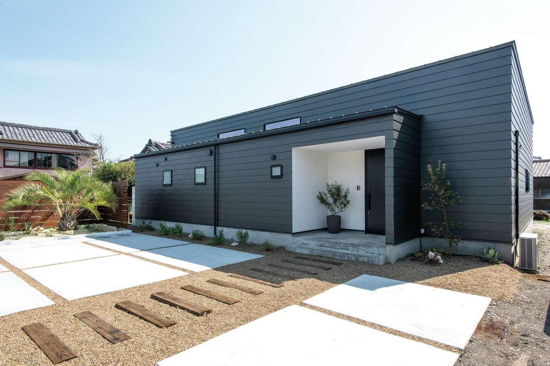 ソラマド静岡(オネストホーム)【デザイン住宅、趣味、平屋】家のデザインと調和している外構。植栽はもちろんOさんの手によるもの。ココスヤシの周囲は南半球原産の植物でロックガーデン風の設えに。ハーブの植え方などは参考になるポイント