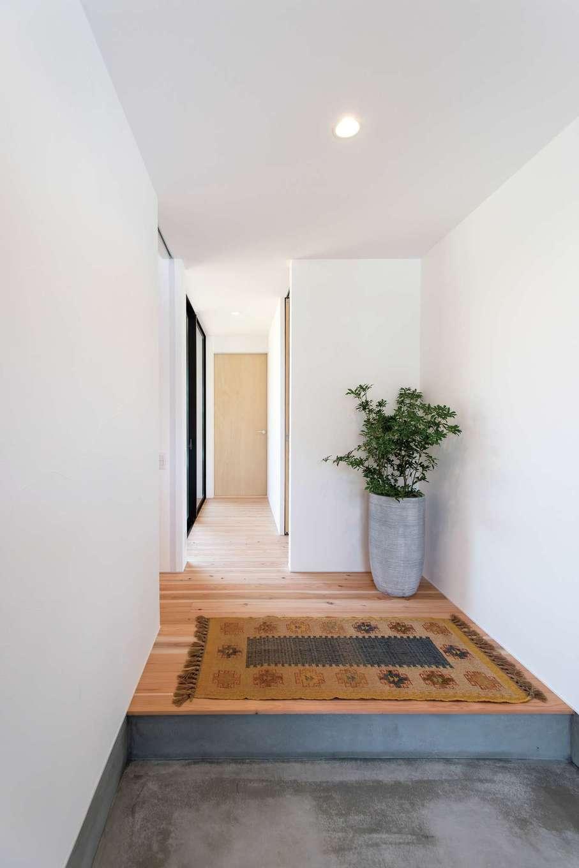 ソラマド静岡(オネストホーム)【デザイン住宅、趣味、平屋】ゆったりとした玄関ホール。シアタールームに続く廊下にも庭からの陽光が届き、家中が明るい。脇には仕事道具も収納できる大容量のシューズクロークを完備