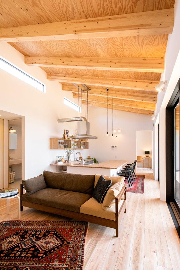 ソラマド静岡(オネストホーム)【デザイン住宅、趣味、平屋】LDKとデッキをつなぐのぼり梁の天井。設計と施工の技術を集結したこの勾配天井が、ゆとりある空間を生み出す