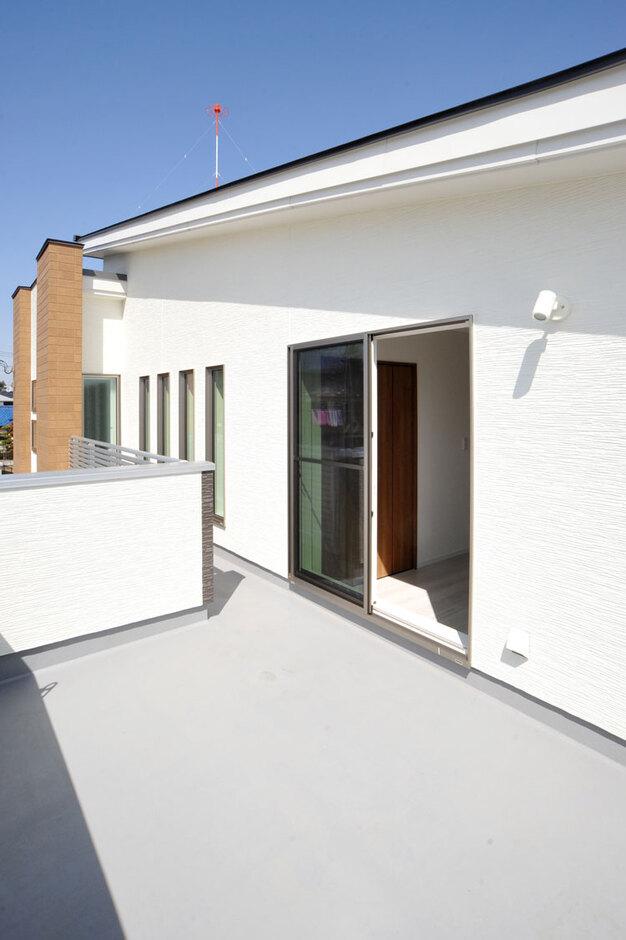 Nhouse【デザイン住宅、子育て、省エネ】バルコニーは8畳と広々。プライバシーを保ちながらも多様に利用できる