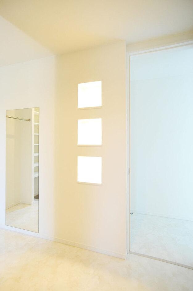 Nhouse【デザイン住宅、子育て、省エネ】広々とした玄関ホールにはニッチや姿見鏡、2WAYの玄関収納も配置
