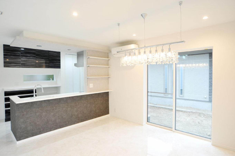 Nhouse【デザイン住宅、子育て、省エネ】キッチン、ダイニングはモノトーンに。間接照明やシャンデリアで雰囲気を演出