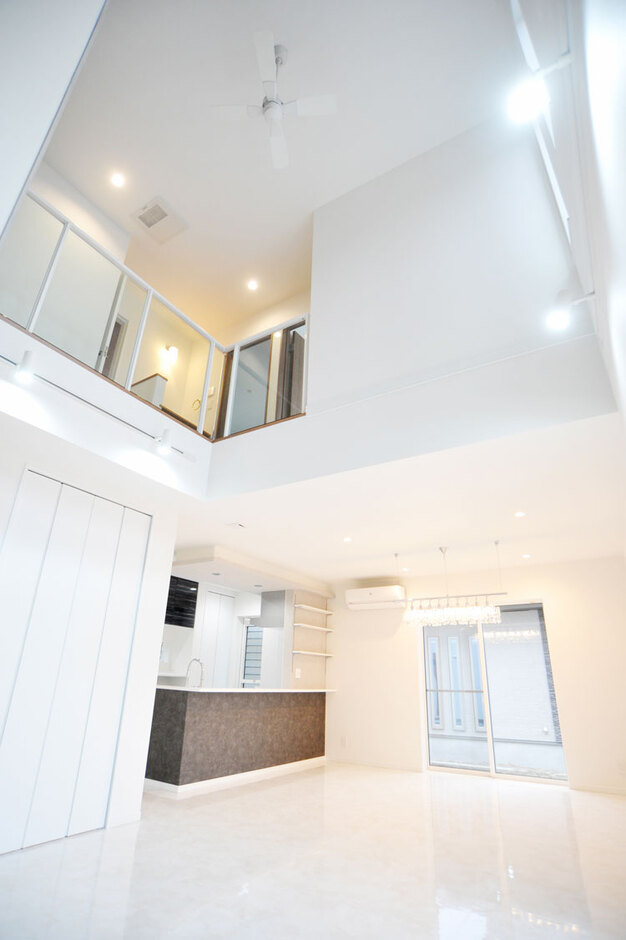 Nhouse【デザイン住宅、子育て、省エネ】開放感を演出する2D、吹き抜け、照明など、こだわりが盛り込まれた間取りだ
