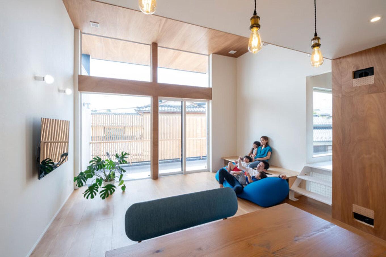 ナカゴミ建設【1000万円台】小屋裏にある14畳用のエアコン1台で、家中の温度差がなくなり、きれいな空気が循環する。フラットにつながる広いベランダでベランピングも楽しめる