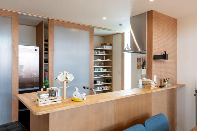 ナカゴミ建設【1000万円台】バーカウンターをイメージしたキッチン。スライドドアで食器棚や調理家電をさっと隠せる