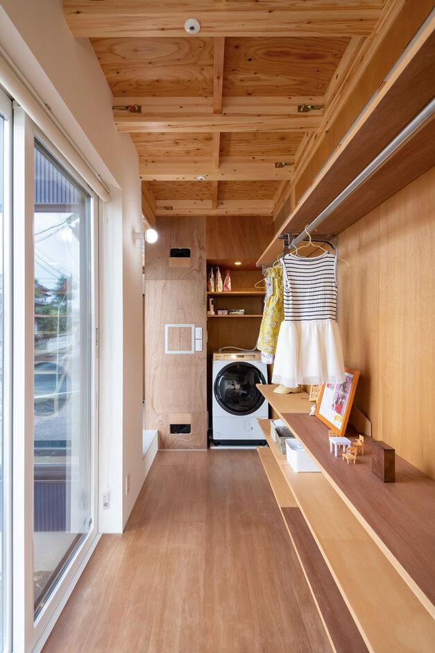 ナカゴミ建設【1000万円台】毎日の洗濯物が多いので、洗濯機を家の真ん中に置く大胆な発想。洗う・干す・しまう・掛けるが1か所で完結。涼温な家は、室内干ししてもイヤな臭いがしない