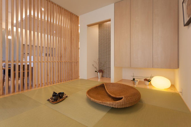 トヨタホーム【三島市松本27-1・モデルハウス】リビングとダイニングキッチンの間にしつらえたタタミコーナー。ランタンのフロアチェアに座って、しっとりとした癒しの時間を楽しめる