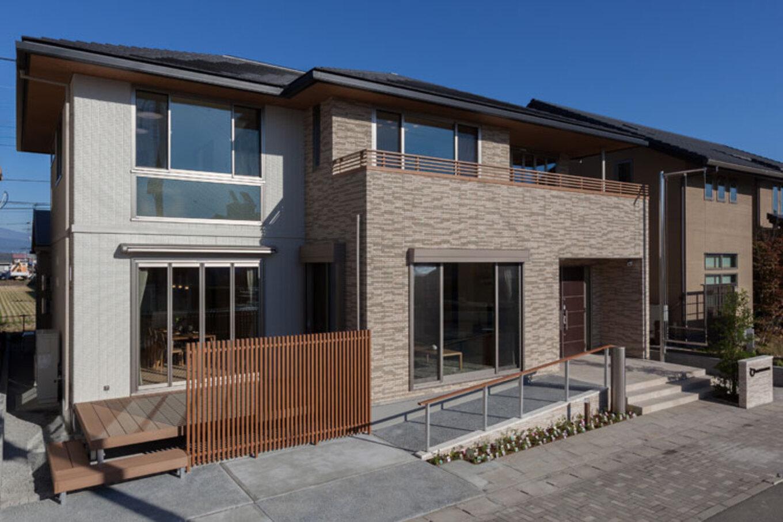 トヨタホーム【三島市松本27-1・モデルハウス】大らかな寄棟屋根と開放感のある開口部が印象的な外観。外壁はメンテナンスコストや耐久性に優れたタイルとオリジナルのニューセラッミックウォールを採用