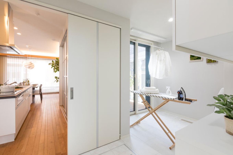 トヨタホーム【富士市今井348-4・モデルハウス】洗濯~物干し~アイロン掛けがスマートにできる家事室を設置。キッチンからも洗面室からも近く、家事動線が短く効率的、家事軽減をサポート