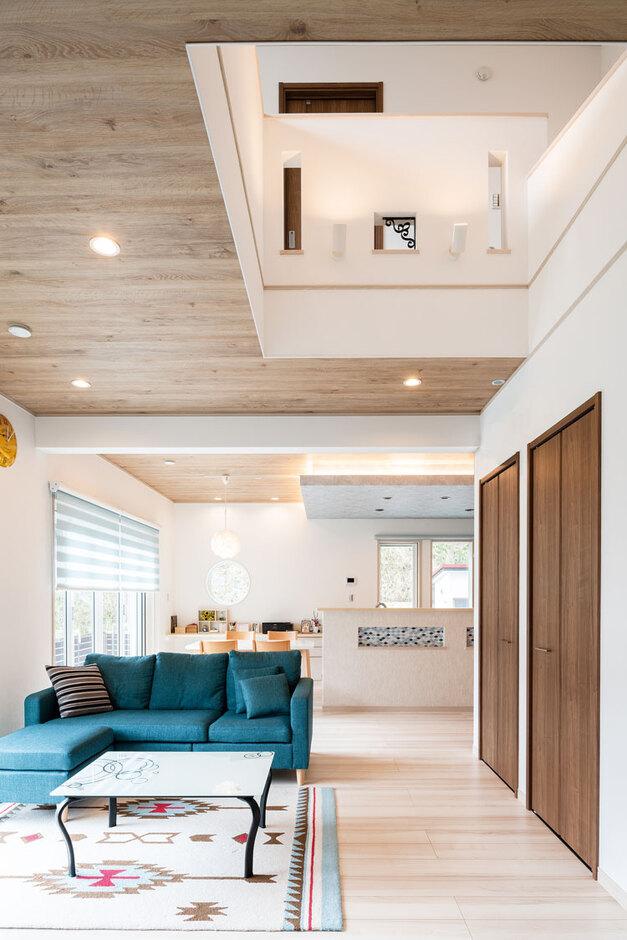 ウィザースホーム【1000万円台、デザイン住宅、子育て】注文住宅ならではのプランとして当初からご希望だった吹き抜けを採用。収納セミナーで学んだ「適材適所の収納」を実現するために、階段下を活用したリビングクローゼットを設置