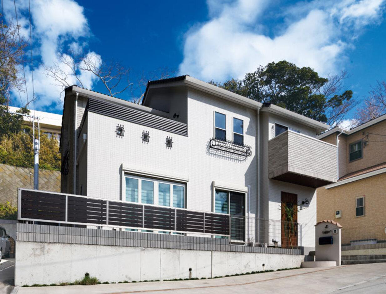 ウィザースホーム【1000万円台、デザイン住宅、子育て】外観デザインはもちろん「ラ・ヴィアンシュ」。青い空と陽光がよく似合う。外壁はパウダーフェイスタイルをベースに、木目柄のウッディノーブルタイルをアクセントとして採用