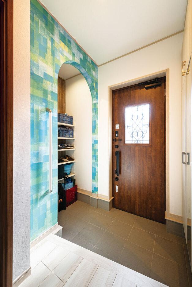 ウィザースホーム【1000万円台、デザイン住宅、子育て】アーチが印象的なシューズクロークにも、海をイメージしたアクセントクロスを