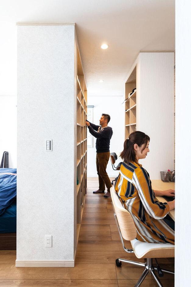 ウィザースホーム【1000万円台、デザイン住宅、子育て】ベッドの裏側には、「システム本棚」を3つ、「カウンター」を2つ設置し、書斎コーナーを実現。手前が奥様、奥がご主人のスペース