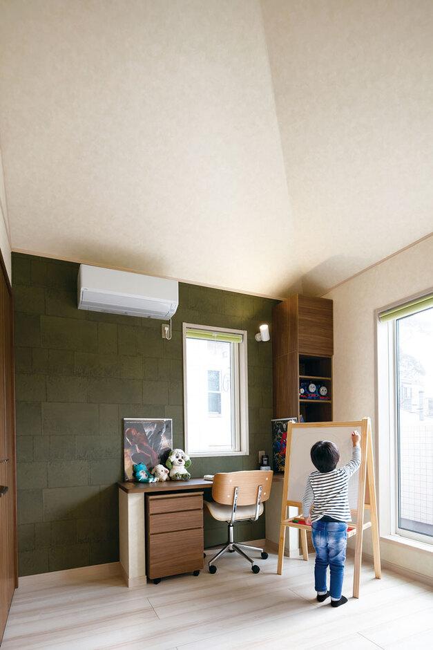 ウィザースホーム【1000万円台、デザイン住宅、子育て】勾配天井がのびやかな長男の部屋。モスグリーンのアクセントクロスで男の子らしく。一角にはロフトも設置されている