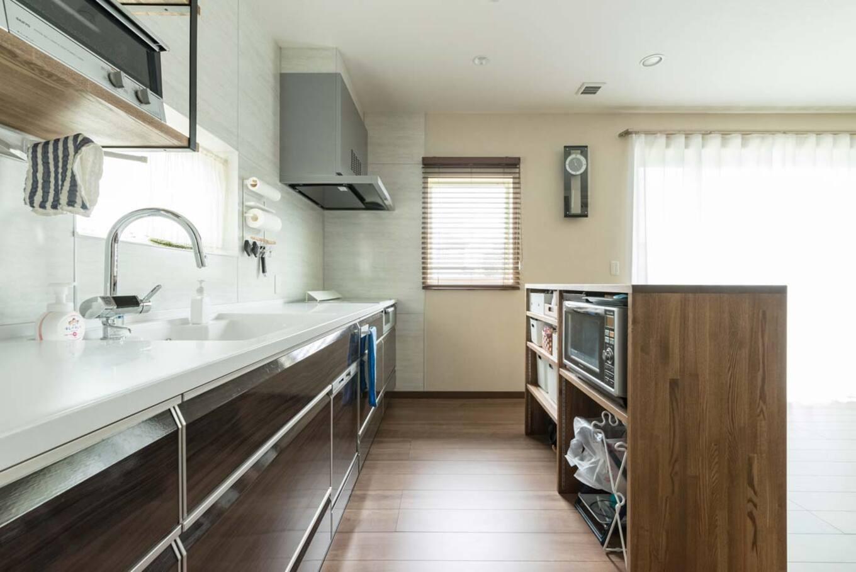 ナカゴミ建設【収納力、省エネ、間取り】キッチンは壁側に寄せて、可動式のカウンターを造作し、空間に仕切りを。食器類はすべてキッチンの下に収納されている
