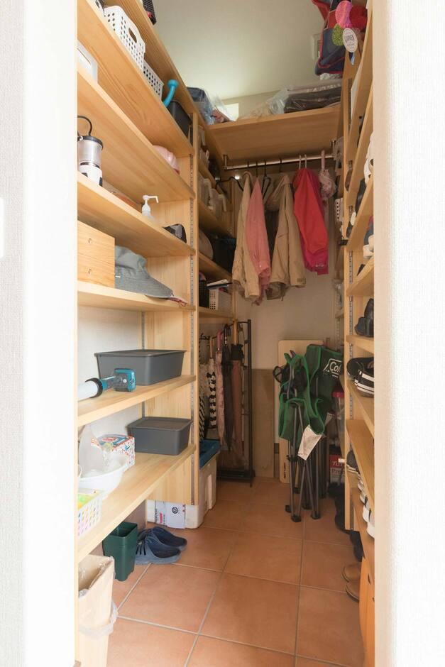 ナカゴミ建設【収納力、省エネ、間取り】上着と靴を収納できる大容量のクロークも