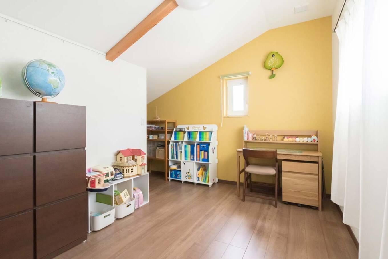ナカゴミ建設【収納力、省エネ、間取り】子ども部屋は2階に。黄色のアクセントウォールが明るい雰囲気をプラス