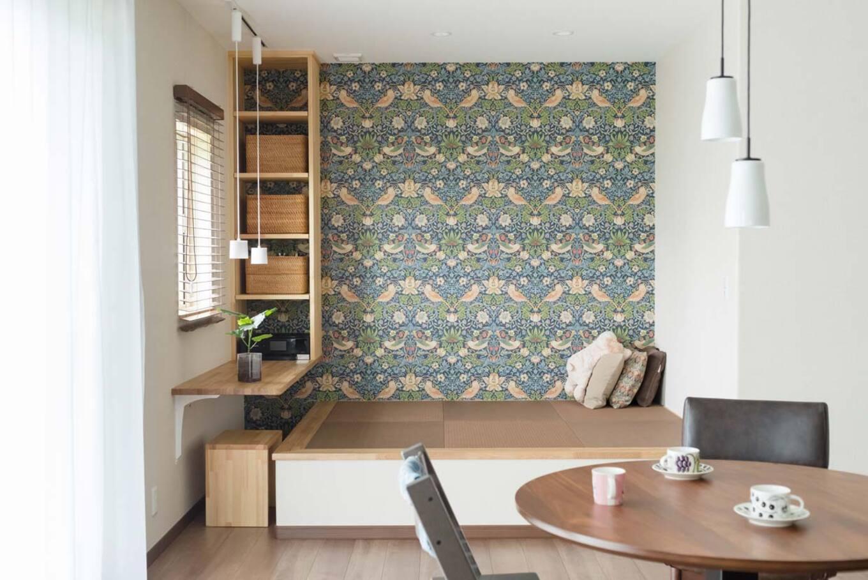 ナカゴミ建設【収納力、省エネ、間取り】ソファを配置しないオープンなLDK。小上がりの畳スペースは家族のくつろぎの場だ。ウィリアムモリスの「いちごどろぼう」を描いた輸入壁紙は奥様のお気に入り