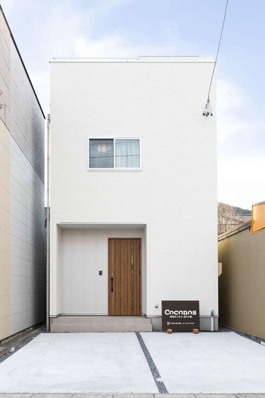 F.Bird HOUSE(袴田工務店)【収納力、趣味、間取り】白×シルバーのシンプルですっきりとした外観。狭小地を最大限に使いつつ、2台分の駐車場を確保した