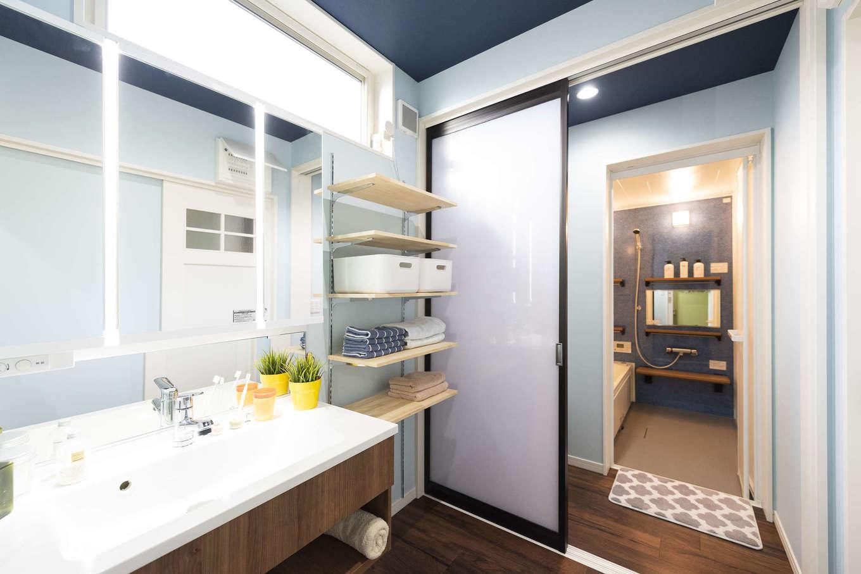 F.Bird HOUSE(袴田工務店)【収納力、趣味、間取り】洗面所と浴室の間に脱衣室を設置。誰かがお風呂に入っていても気兼ねなく洗面を使える