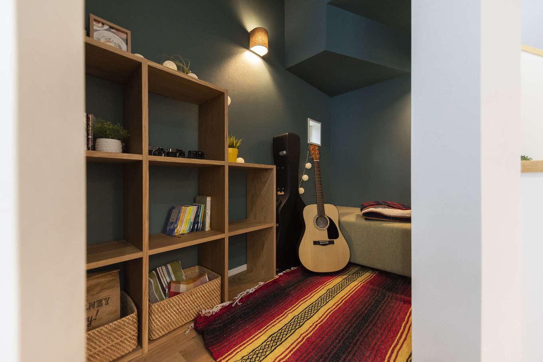 F.Bird HOUSE(袴田工務店)【収納力、趣味、間取り】リビングの1角にある1階のおこもりスペース。完全な個室ではないため家族とコミュニケーションをとりながら、ほどよくこもれる空間になっている