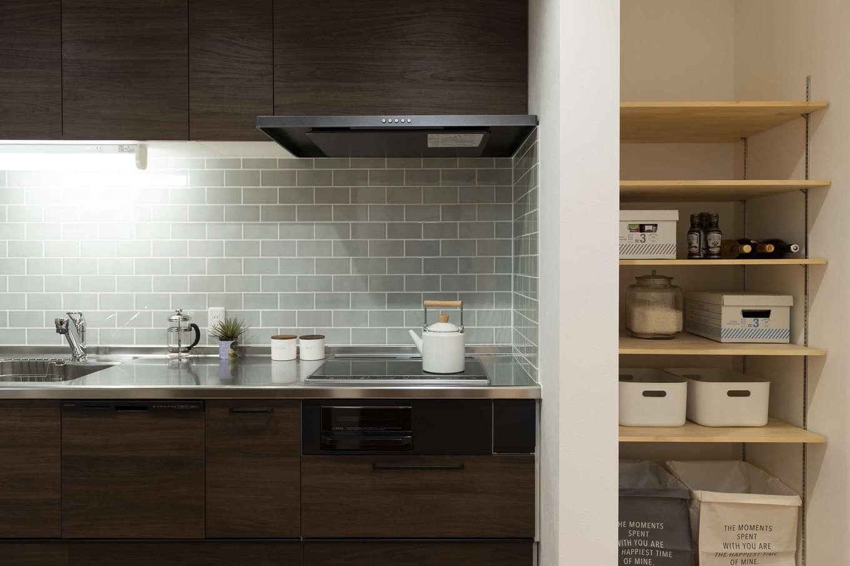 F.Bird HOUSE(袴田工務店)【収納力、趣味、間取り】人気のタイル貼りキッチン。すぐ横のパントリーはあえて扉を付けずオープンな状態に。忙しい料理中でもサッと物を取りやすい