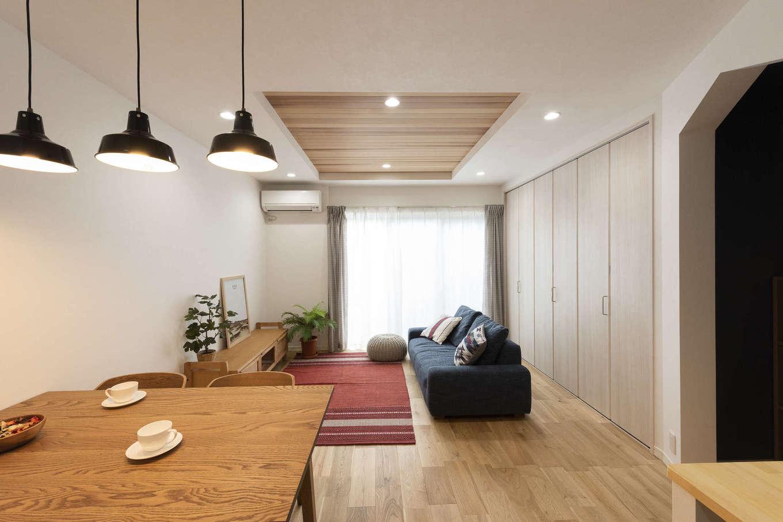 F.Bird HOUSE(袴田工務店)【収納力、趣味、間取り】折り上げ天井に木をあしらったリビングは、掃除機などもしまえる大容量の収納付き。右側に1階のおこもりスペースの入口がある