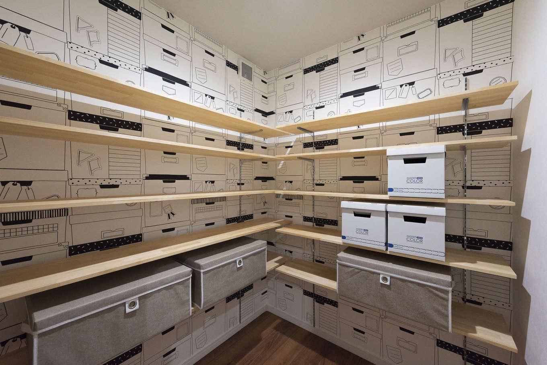 F.Bird HOUSE(袴田工務店)【収納力、趣味、間取り】2階のファミリークローゼットは収納柄のクロスで遊び心を。子どもの物や衣類を中心に、使っていない季節用品などもたっぷり入る