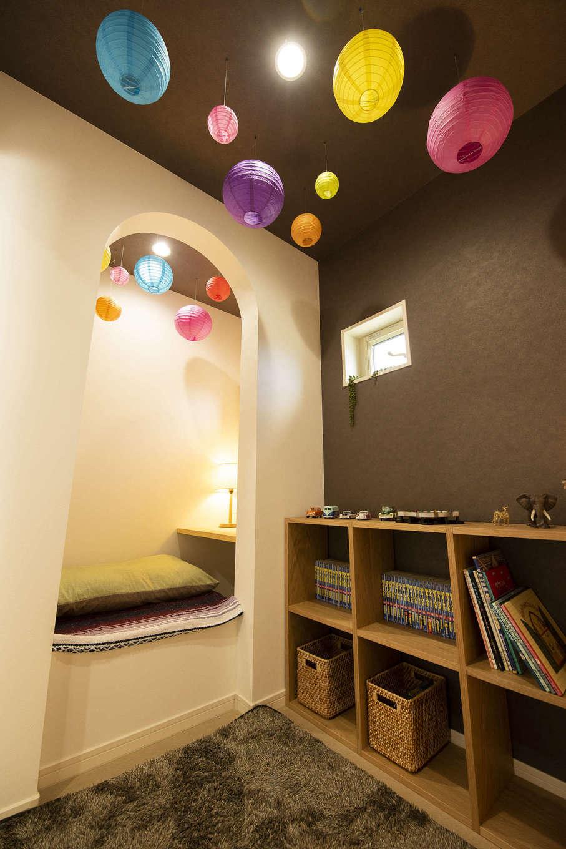 F.Bird HOUSE(袴田工務店)【収納力、趣味、間取り】階段を上がったところにある2階のおこもりスペース。手前スペースでは床に座って本を読んだり、ゲームをしたり。Rの下がり壁の奥は小上がりのカウンターになっていて、リモートワークにも使えそう