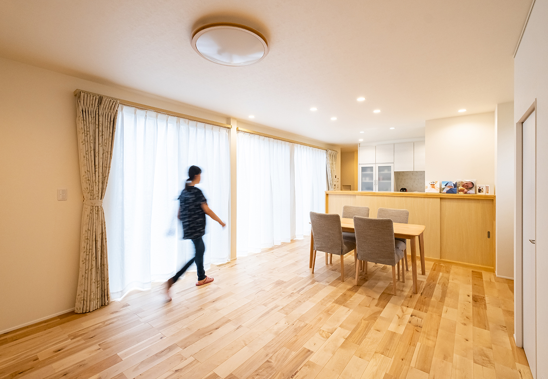 R+house御殿場(岳南建設)【収納力、間取り、建築家】南からの光を存分に取り入れられるようにと窓を大きく取ったLDK。ゆとりの広さとすっきりとした空間づかいの相乗効果で、開放感が増している