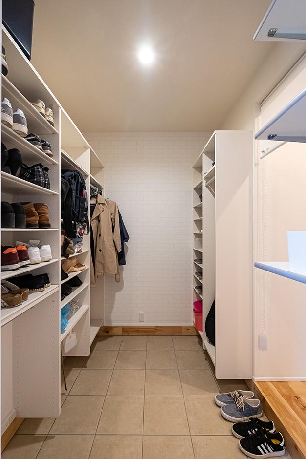 R+house御殿場(岳南建設)【収納力、間取り、建築家】家族の玄関を兼ねるシューズクローク。日常的に羽織る上着やバッグの収納スペースもあり、お出かけの準備がしやすい