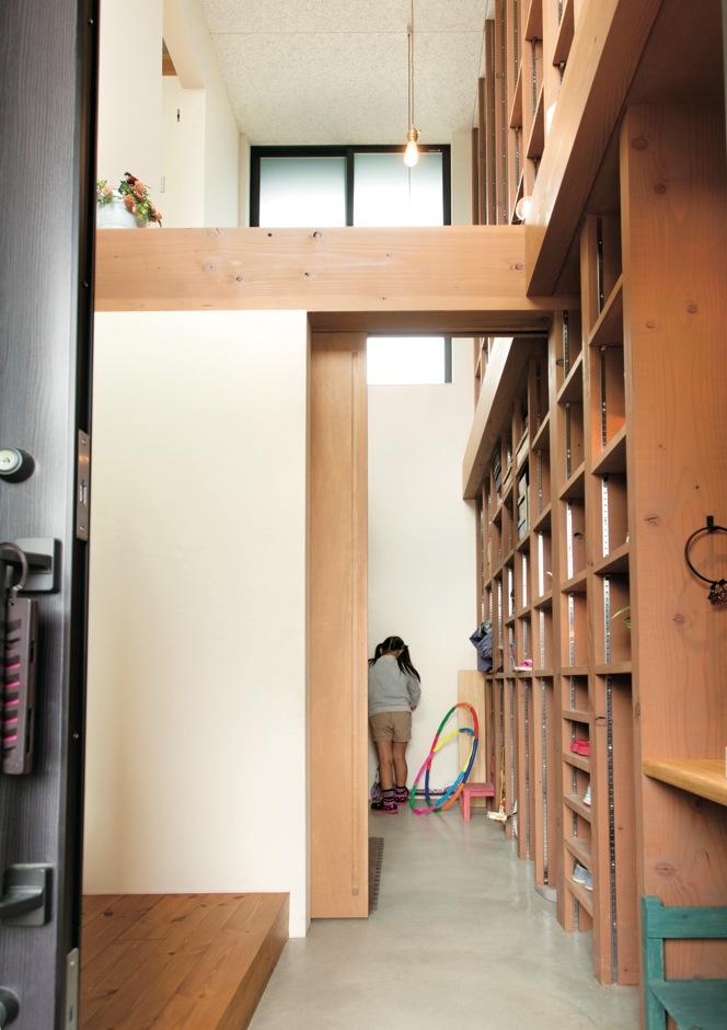 アトリエプラス【デザイン住宅、趣味、自然素材】すっきりした玄関。大きな土間収納は生活に利便性をプラスする