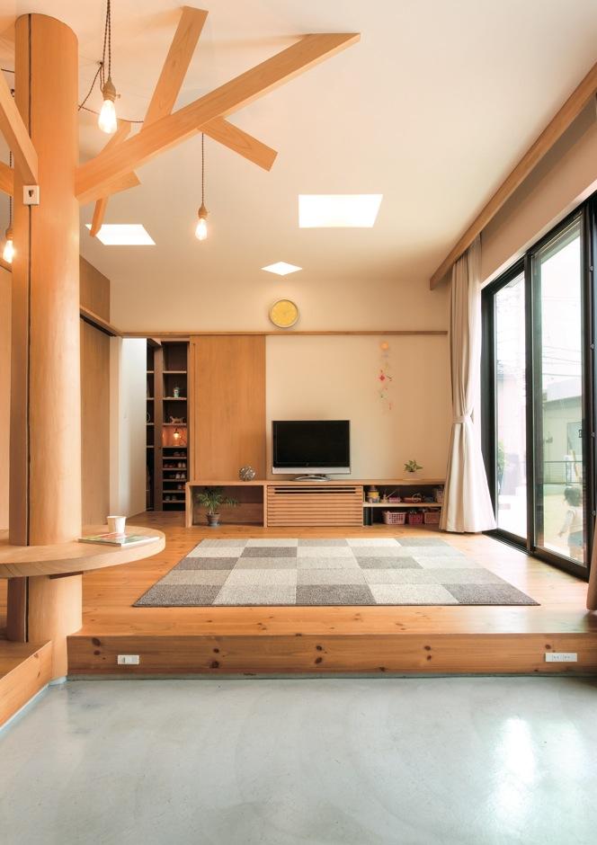 アトリエプラス【デザイン住宅、趣味、自然素材】無垢のパインの床材は足触りもよく温かい。TVボードは大工さんの造作