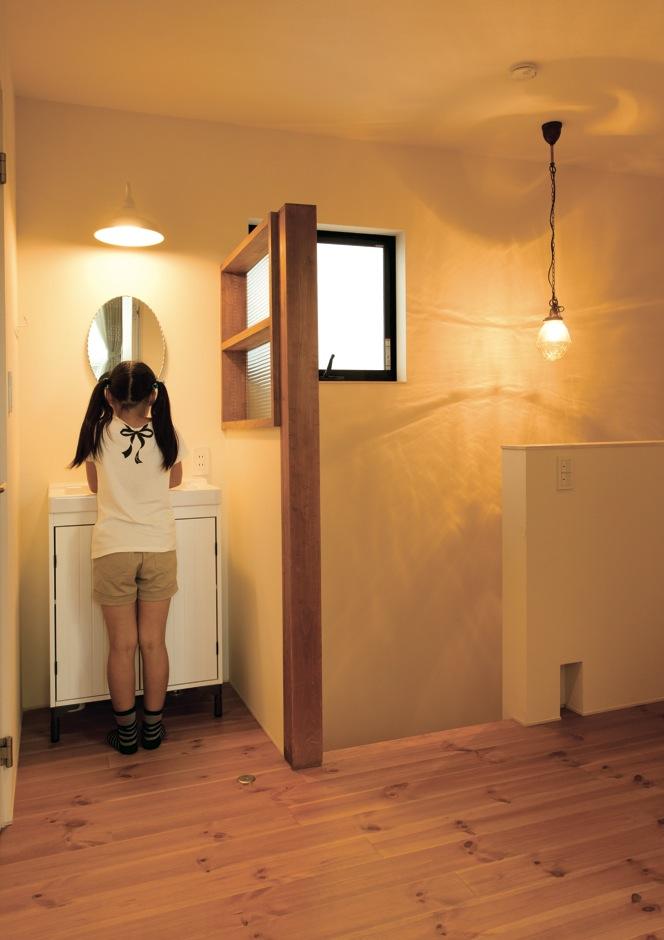 アトリエプラス【デザイン住宅、趣味、自然素材】子ども部屋の前にも洗面台を設置。常に手を洗う意識を植え付ける