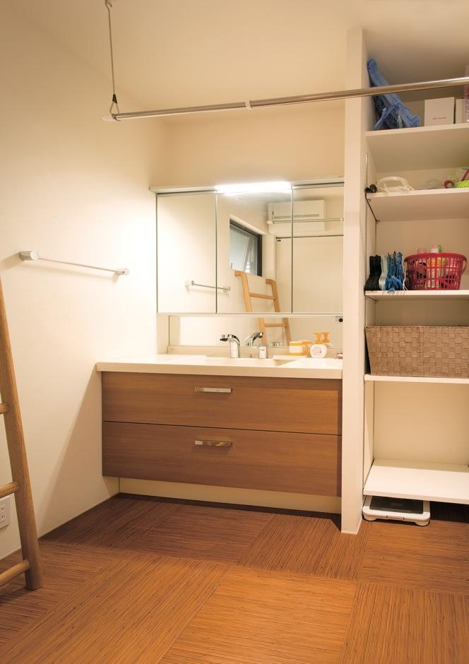 アトリエプラス【デザイン住宅、趣味、自然素材】洗面室は三姉妹が大きくなっても余裕の広さ