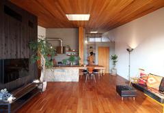 自然を感じられるアンティークなカフェとビルトインガレージのデザイン住宅