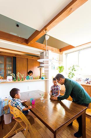 アトリエプラス【デザイン住宅、狭小住宅、建築家】表通りからの目線と排気ガスを避けるため、LDKは2階に配置。光が燦々と降りそそぐ吹抜けのダイニングに家族の笑顔が集まる。床は無垢のベンチーク、照明はポールセン