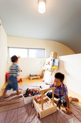 アトリエプラス【デザイン住宅、狭小住宅、建築家】収納スペースとして設けた広いロフトは、子どもたちの秘密基地として大活躍