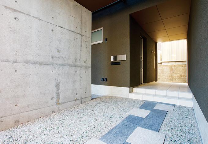 アトリエプラス【デザイン住宅、狭小住宅、建築家】アプローチにコンクリートと石を使った、田辺真明氏らしいデザインワーク。家に帰って来る度にワクワクする空間