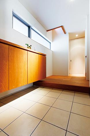 アトリエプラス【デザイン住宅、狭小住宅、建築家】開放感あふれる玄関ホール。土間収納付きで、常にすっきりと見せることができる