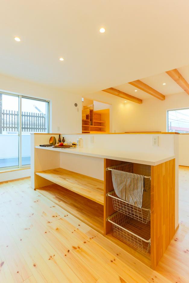 アトリエプラス【デザイン住宅、間取り、ガレージ】壁付けキッチンの背面には、食器や料理を置く造作カウンターを設置。棚の位置、幅は入念に打合せをし、使いやすさを重視したF家オリジナル